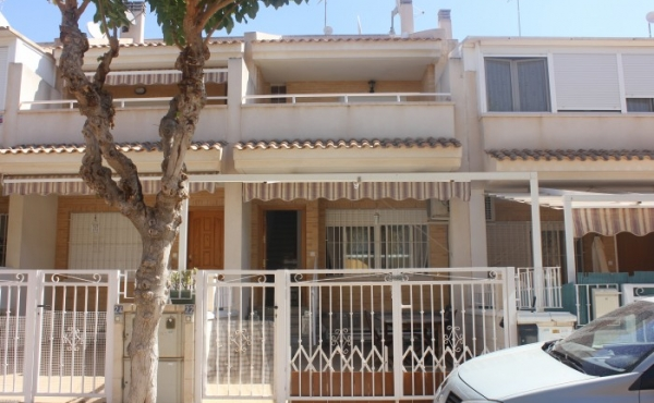 FABULOUS TOWNHOUSE WITHIN WALKING DISTANCE OF THE BEACH!